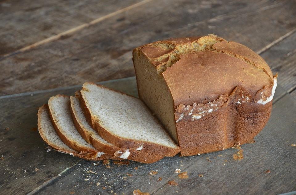 Le pain sans gluten est toujours un peu plus compact.